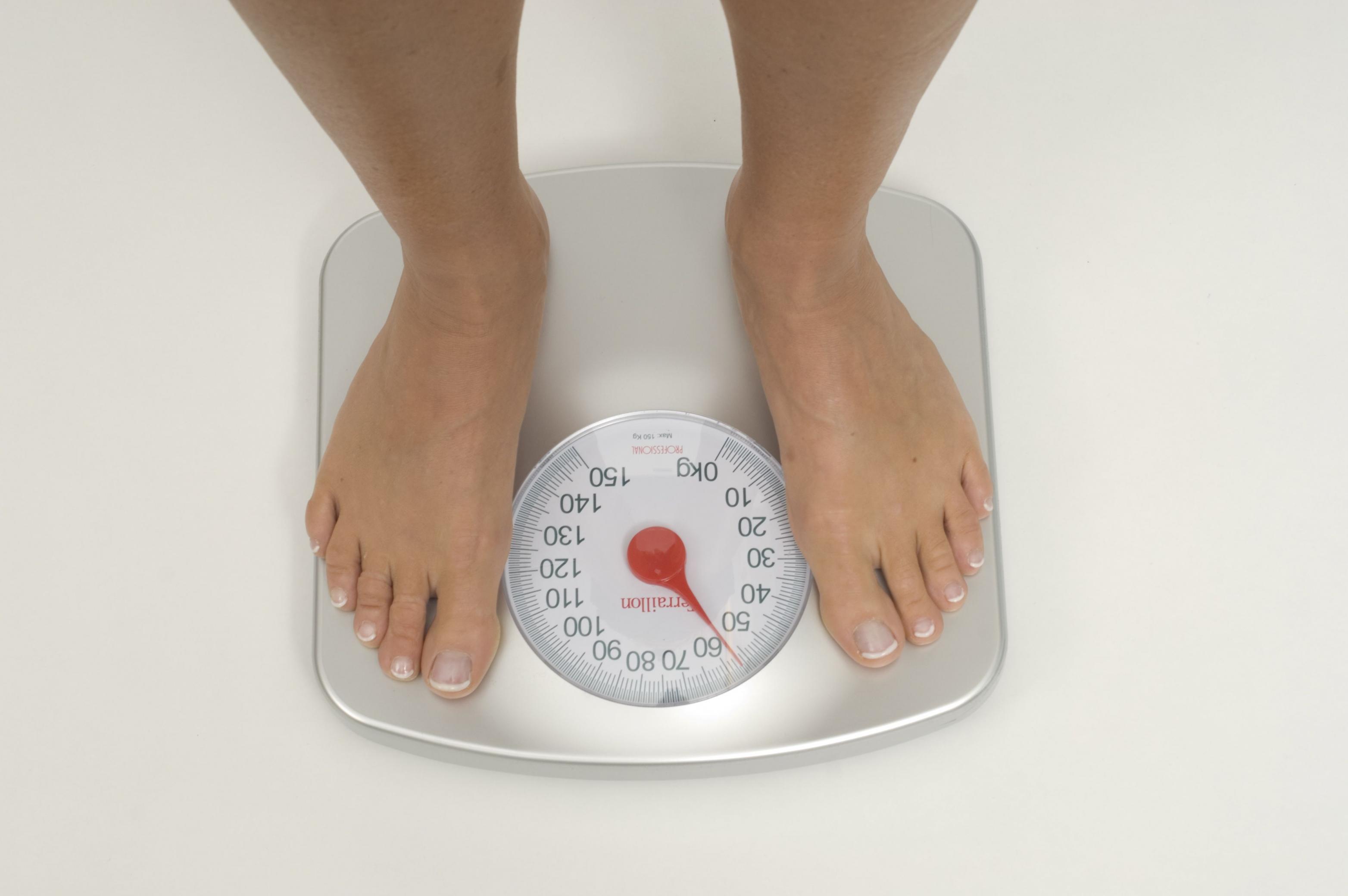 Mensch auf Waage - Übergewicht
