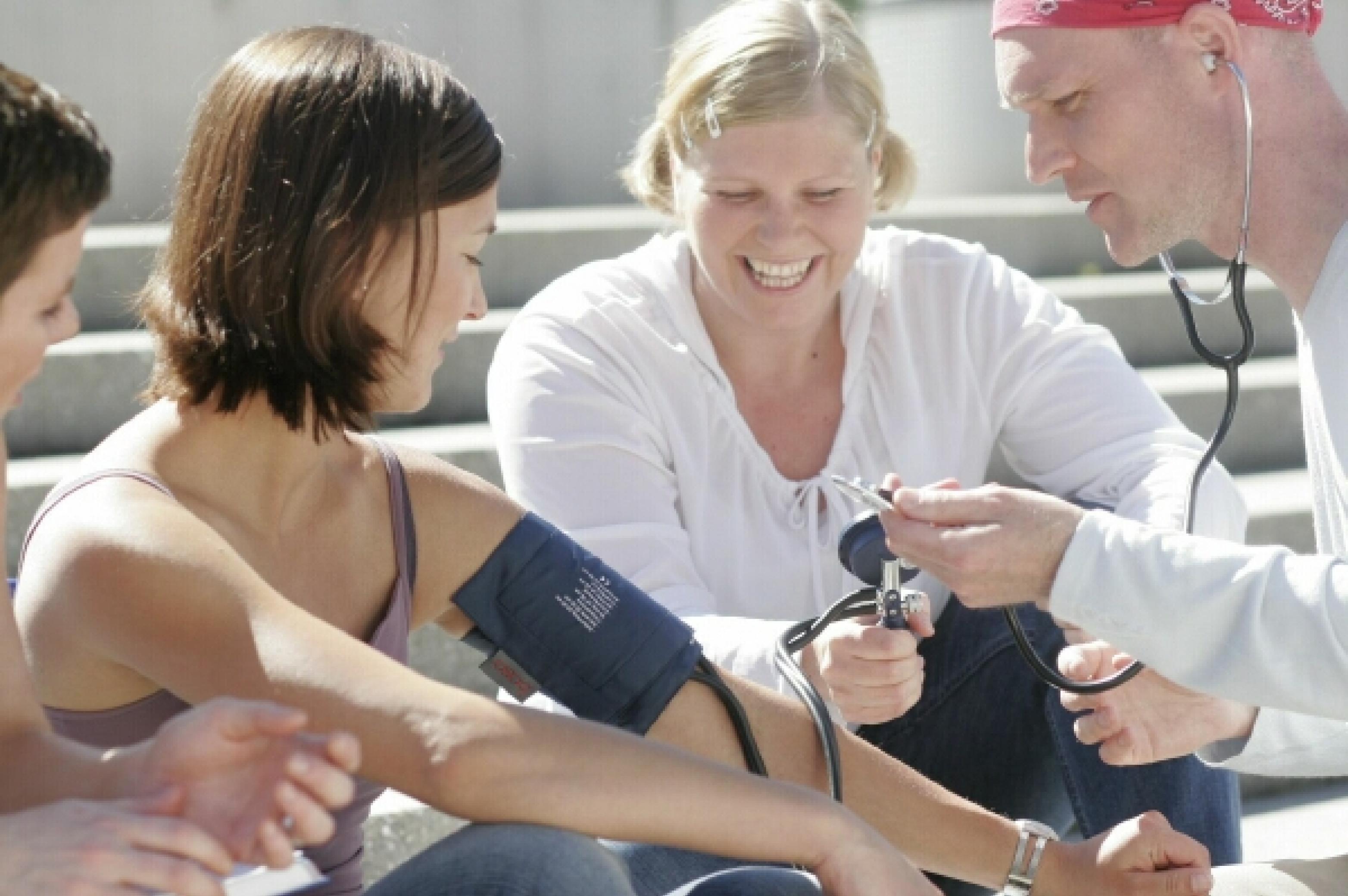 Menschen beim Blutdruck messen