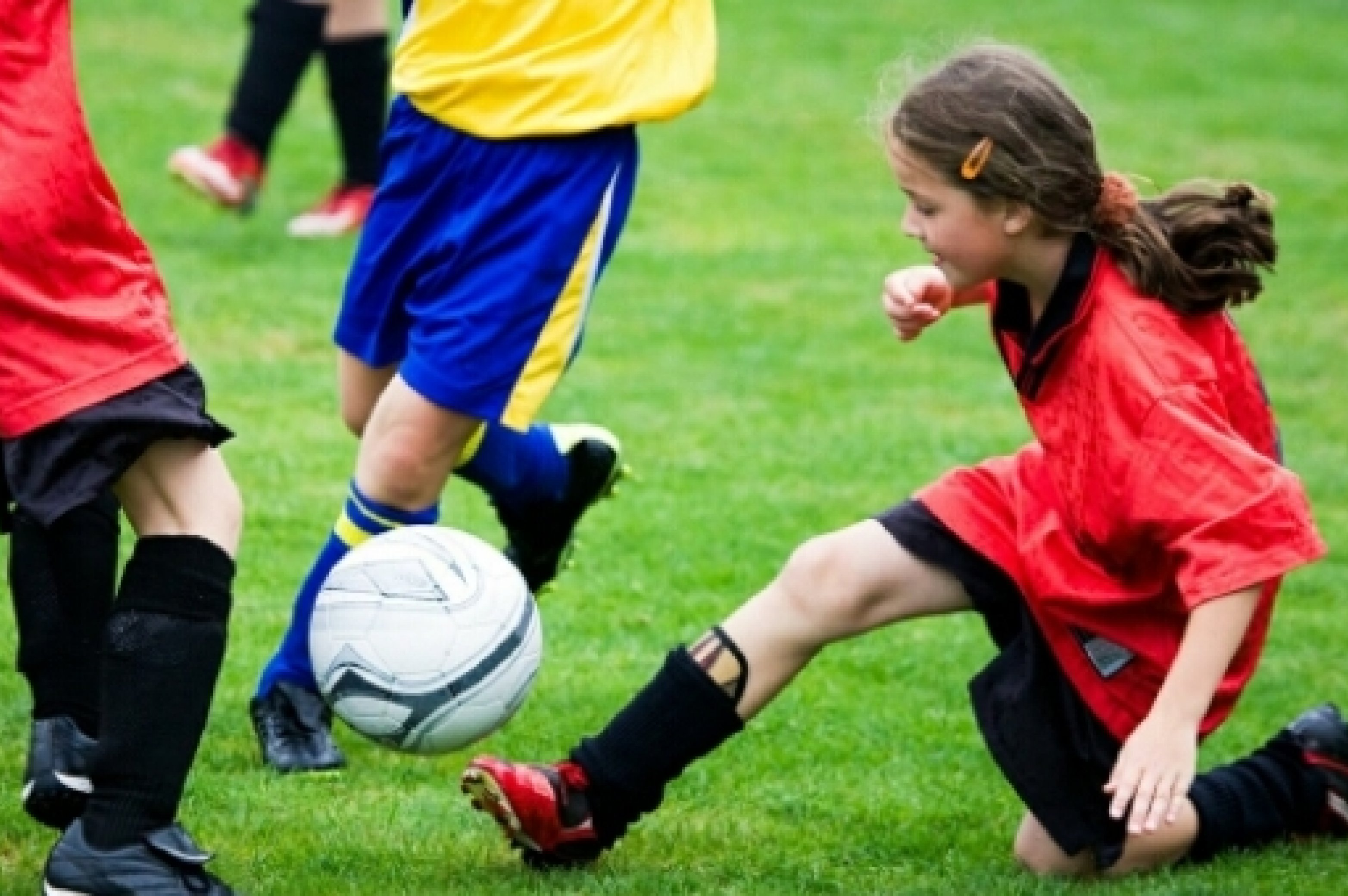Kinder spielen Fußball