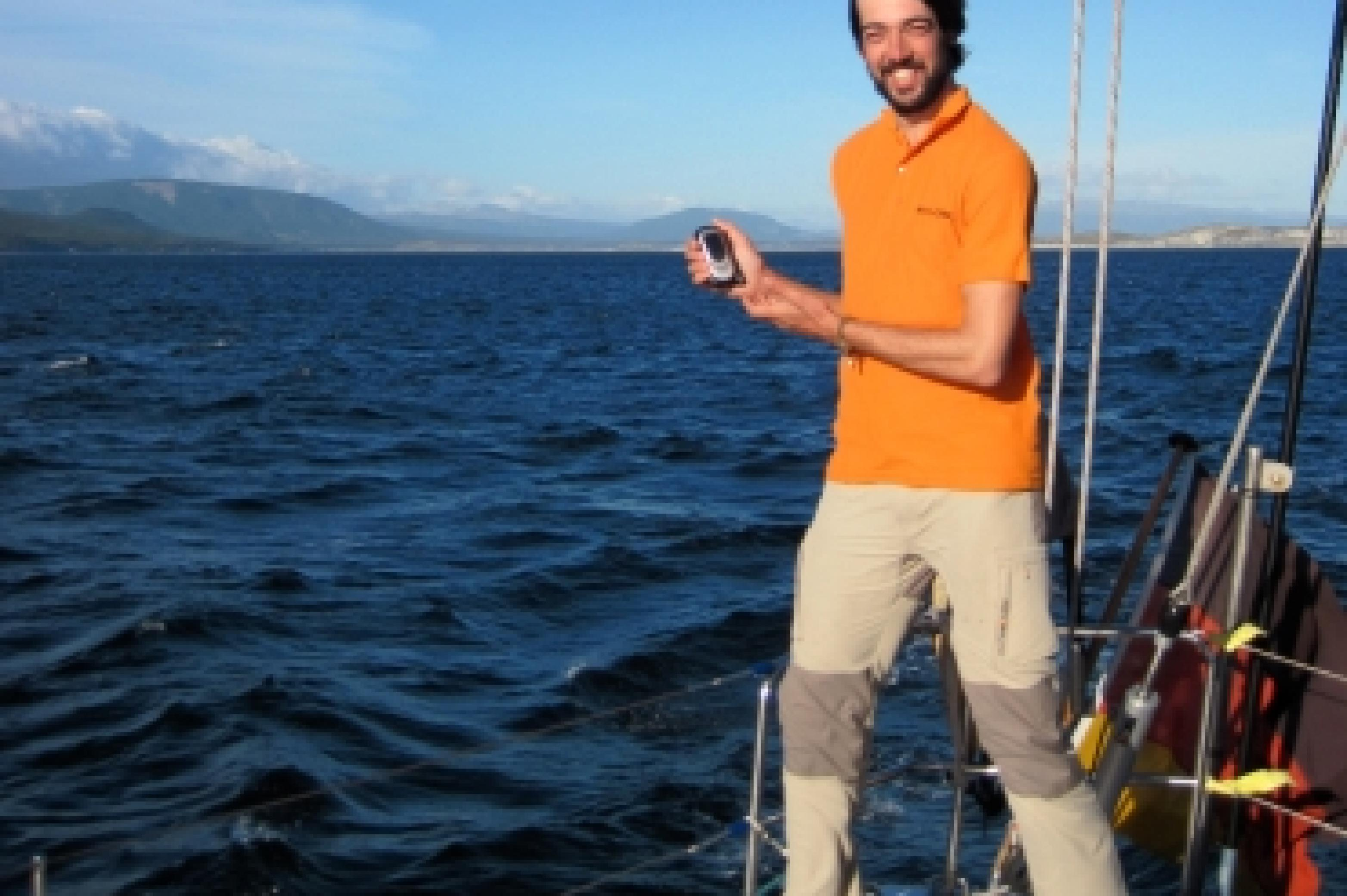 Bastian Hauck auf Segelboot
