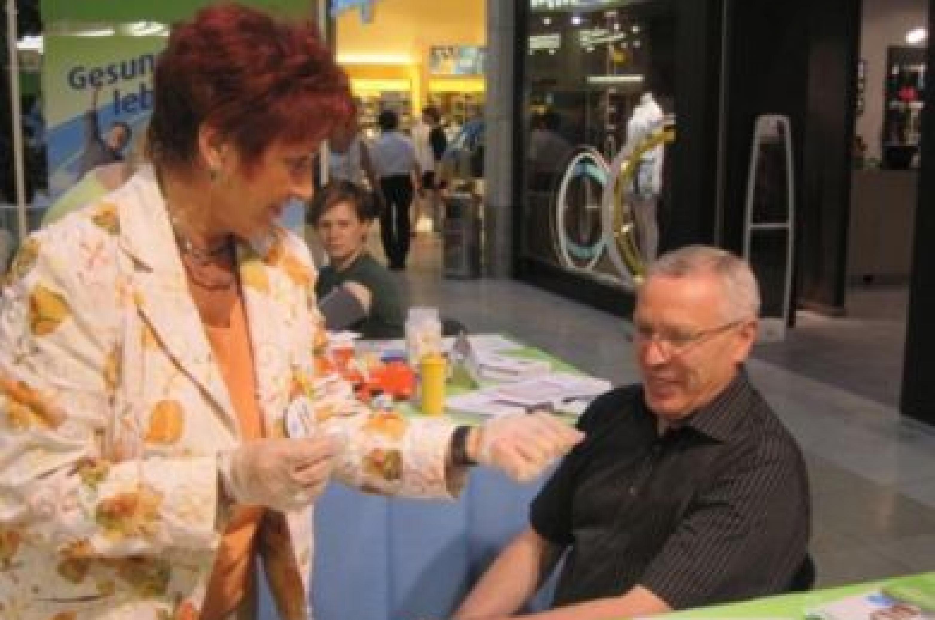 Blutzuckermessaktion am 6.6.2011, Berlin, mit Barbara Knothe, Diabetesberaterin (Beratung am Messestand)