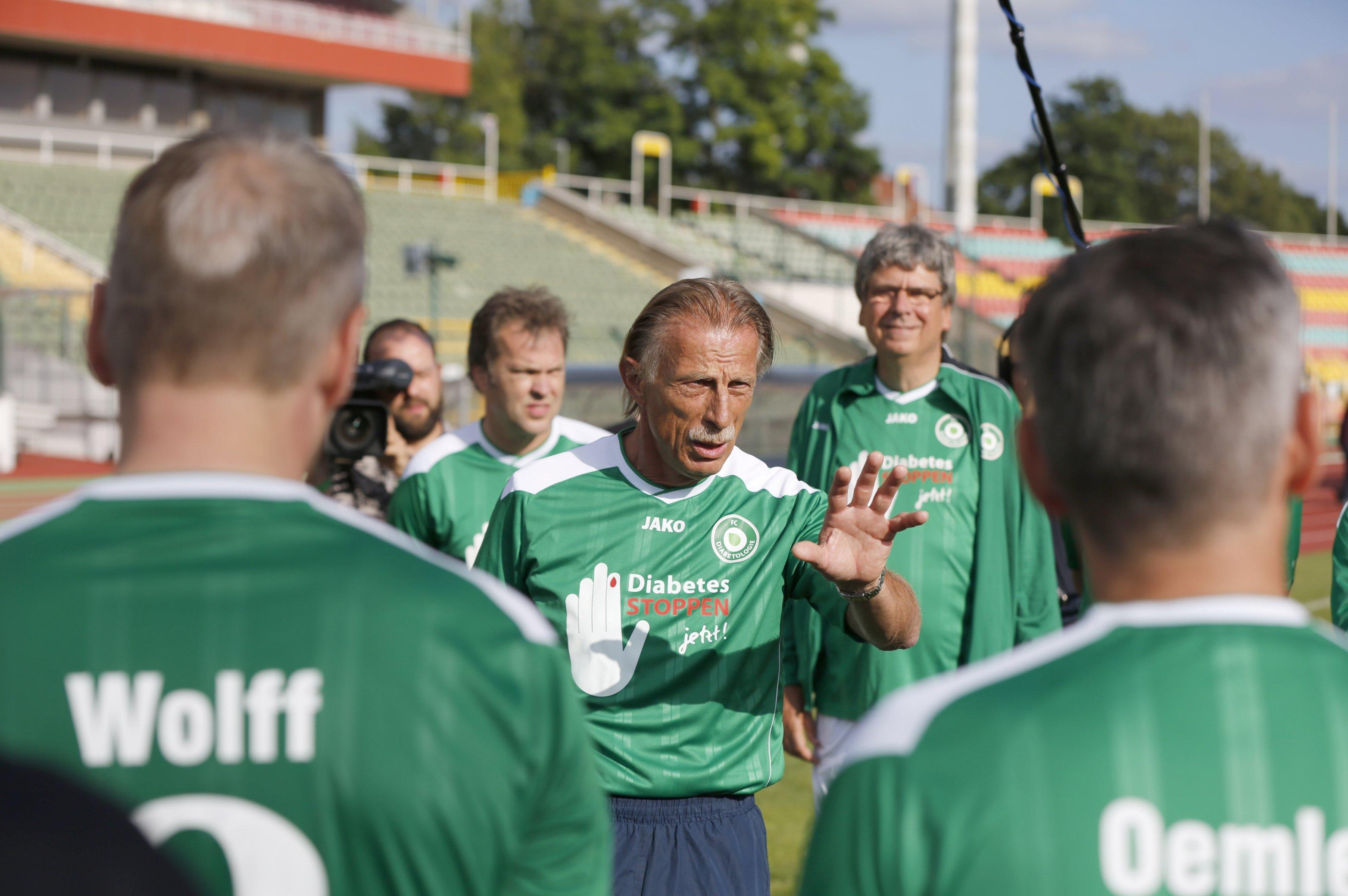 FC Diabetologie vs. FC Bundestag 12. Juni 2018: Mannschaftsbriefing durch Christoph Daum