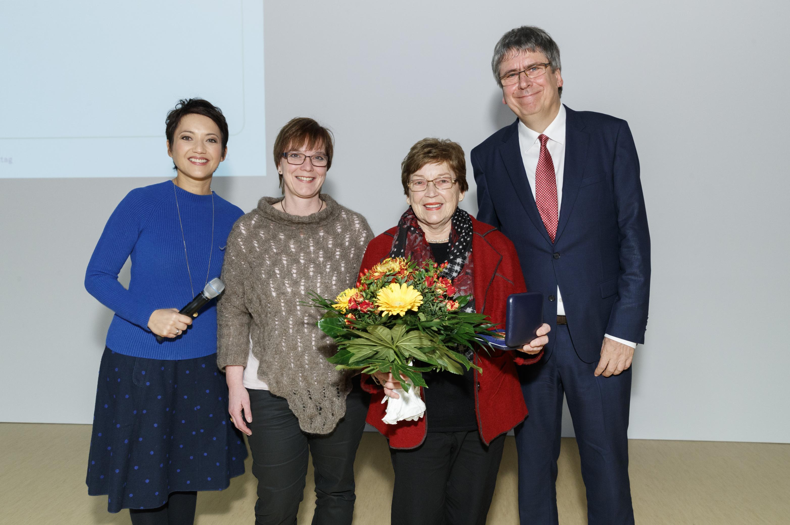 Die Mehnert-Medaille 2016 für ihr perfektes Selbstmanagement in 69 Jahren Diabetes geht an Ingrid Zimmer.