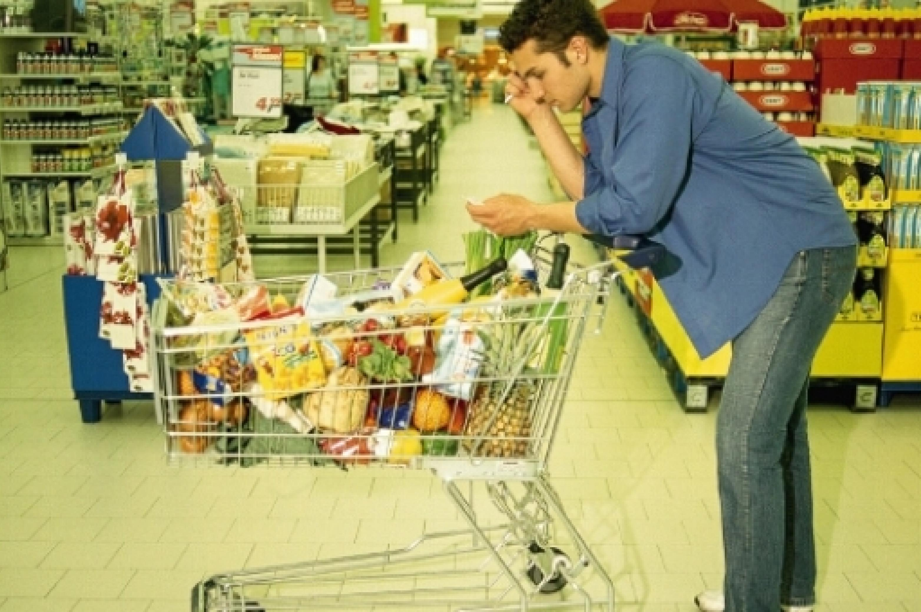 Mann mit Einkaufswagen beim Einkaufen
